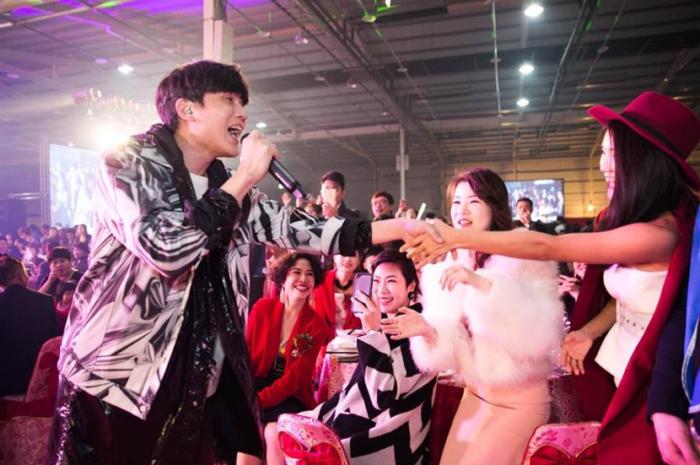 麗富康尾牙宴邀請民眾參與,日本女粉絲遠道而來